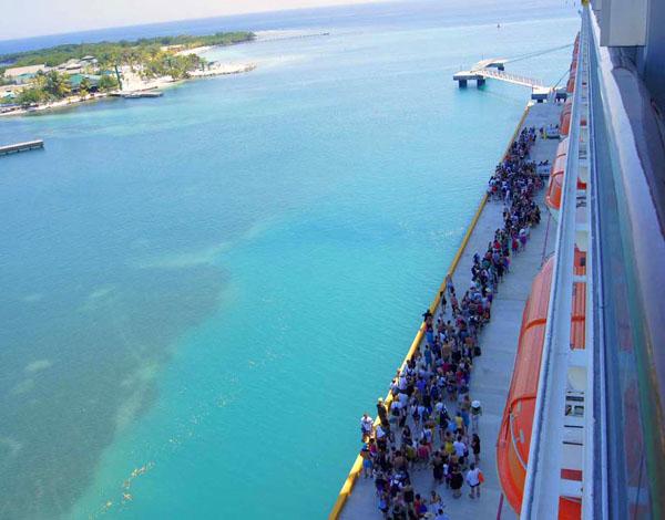 Очередь пассажиров на лайнер Carnival Glory, Роатан / Фото из Мексики