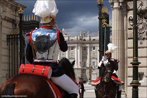 Смена всадников у королевского дворца в Мадриде / Фото из Испании