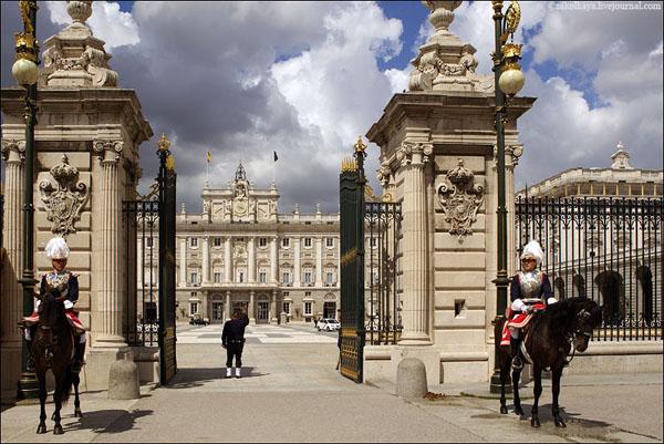 Перед королевским дворцом в Мадриде / Фото из Испании