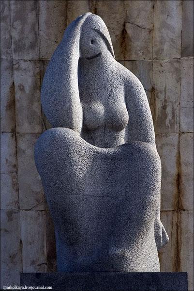 Скульптура напротив башен КИО, Мадрид / Фото из Испании
