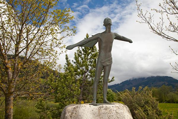 Забавный памятник без названия стоит на выезде из Капруна / Фото из Австрии