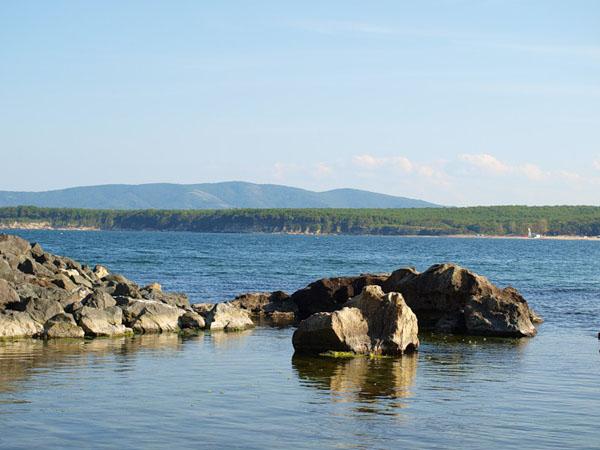 Каменистый берег у курорта Приморско / Фото из Болгарии