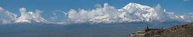 Монастырь будто парит в воздухе / Армения