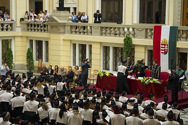 Вручение дипломов выпускникам университета Дебрецена / Фото из Венгрии