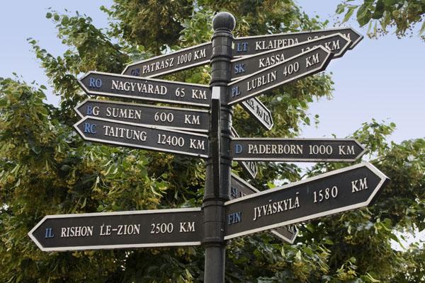 Указатели с расстоянием от других городов до Дебрецена / Фото из Венгрии