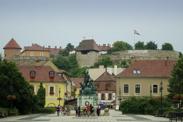 Вид с площади Добо на крепость Эгера / Фото из Венгрии