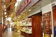 Широкие улицы с рядами магазинов / ОАЭ