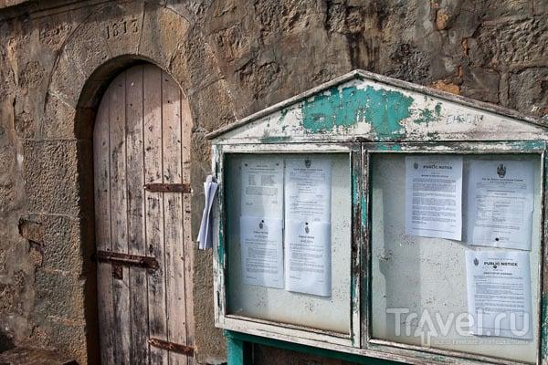 Прокламации вывешивают в центре Джеймстауна, остров Святой Елены / Фото с острова Святой Елены
