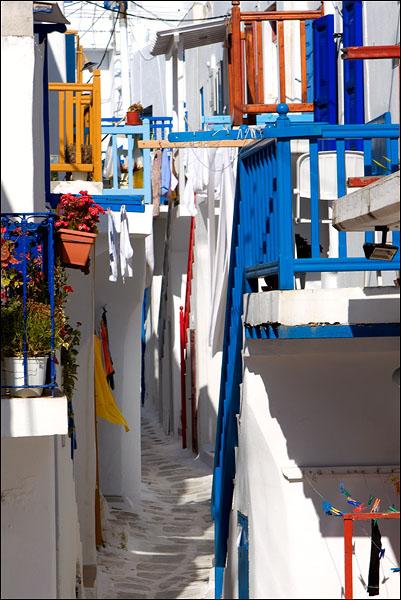 Типичная улица Хоры с многочисленными лестницами, Миконос / Фото из Греции