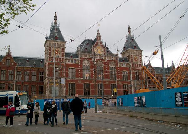Центральный железнодорожный вокзал в Амстердаме / Фото из Нидерландов