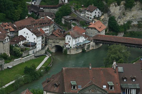 Бернский крытый деревянный мост и река Сарин / Фото из Швейцарии