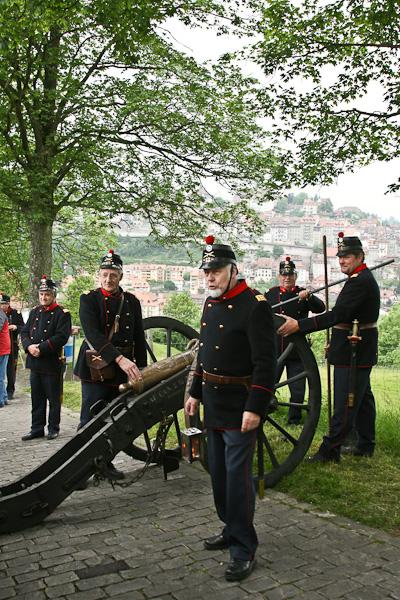 Любители исторических реконструкций в форме и с действующей пушкой / Фото из Швейцарии