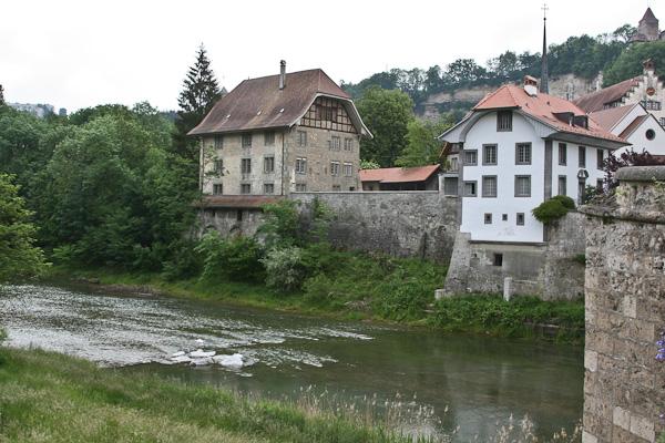Дома на берегу Сарин в низине / Фото из Швейцарии