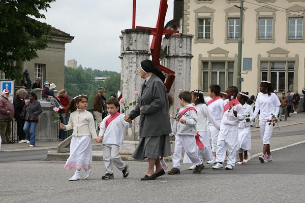 Дети и монахиня / Фото из Швейцарии