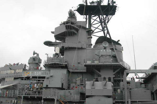 """Могучий линкор """"Миссури"""" просто не может целиком поместиться в кадр, остров Оаху / Фото из США"""