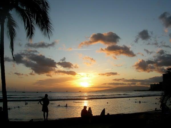 """Пляж Вайкики на закате: """"коренных гавайцев"""" с успехом заменяют туристы / Фото из США"""