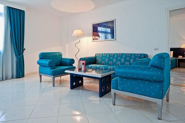 Гостиная в сьюте  в отеле Sol Y Mar Riva Beach