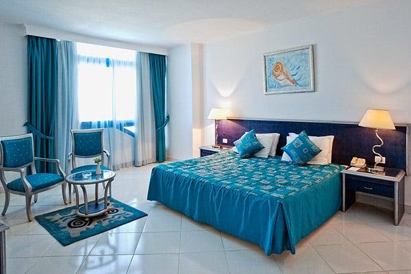 Спальня в сьюте  в отеле Sol Y Mar Riva Beach