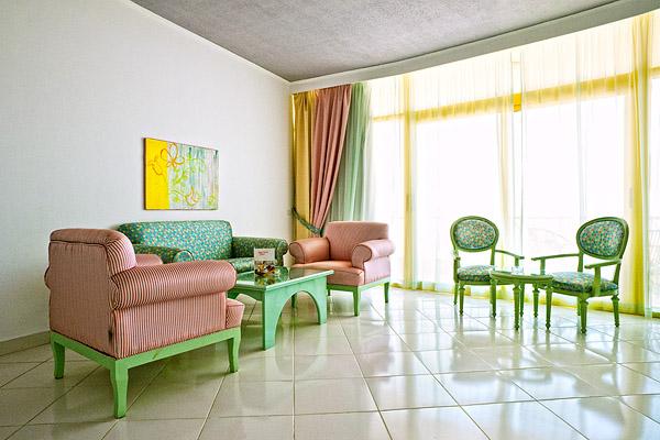 Гостиная в сьюте  в отеле Sol Y Mar Riva Club