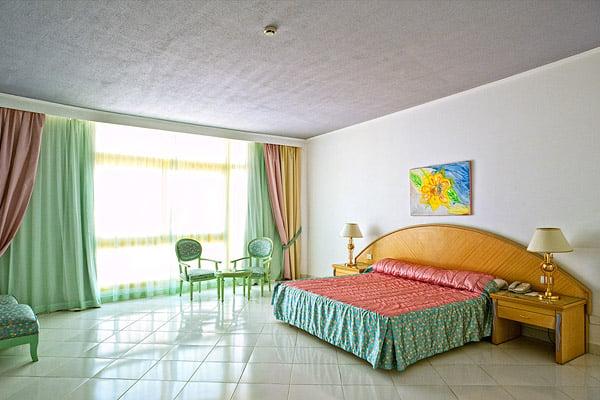 Спальня в сьюте  в отеле Sol Y Mar Riva Club
