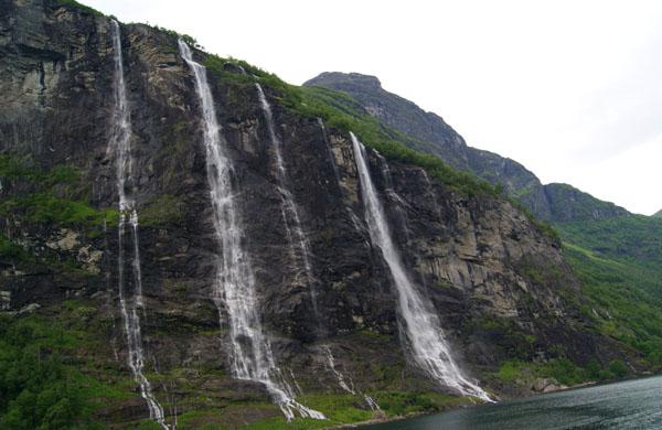 Семь сестер-водопадов льются со скалы в Гейрангер-фьорд, Норвегия / Фото из Норвегии