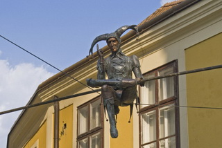 Секешфехервар. арлекин над улицей / Венгрия