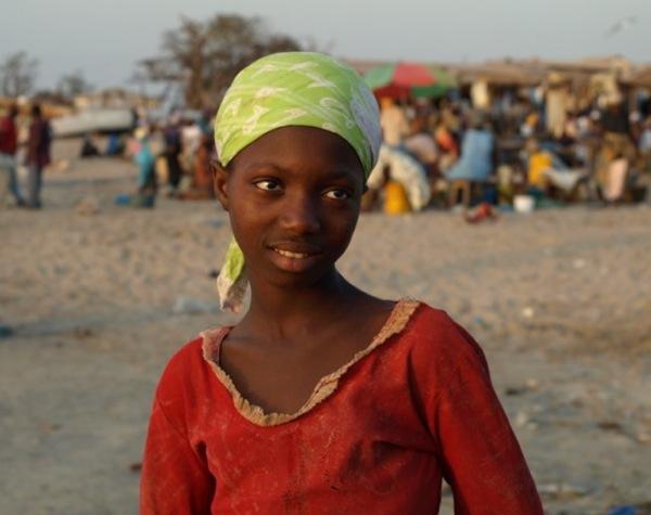 Молодая девушка на побережье в Гамбии / Фото из Гамбии