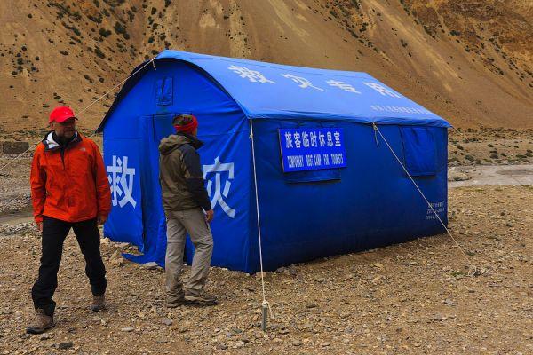 Палатка для туристов, ожидающих гида / Фото из Китая