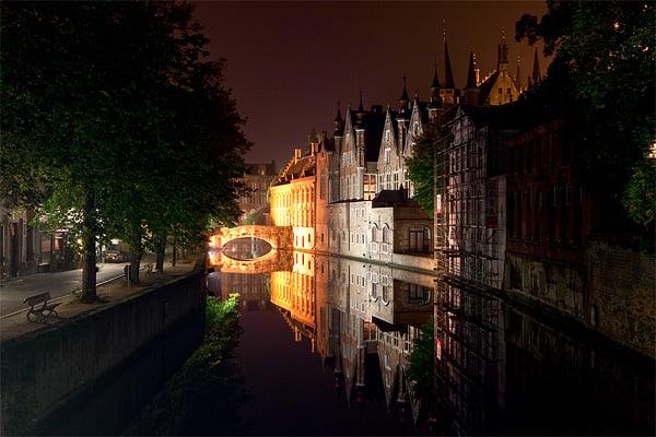 Мосты и каналы Брюгге ночью / Фото из Бельгии