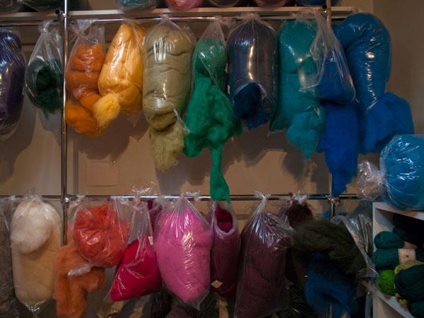 Разноцветная исландская шерсть в сувенирном магазине / Фото из Исландии