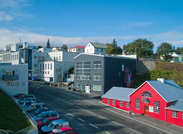 Бело-синее здание наверху - музей искусства в Акюрейри / Фото из Исландии