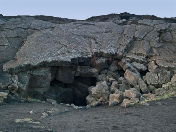 Отверстие в земном разломе Grjótagjá / Фото из Исландии