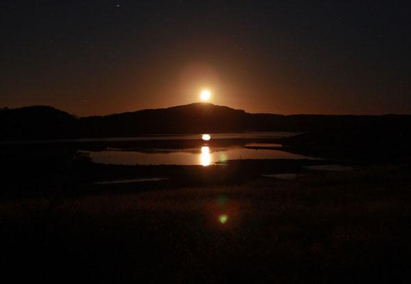 Луна над исландским озером / Фото из Исландии