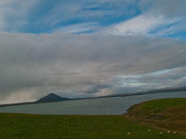 Озеро Миватн и гора Vindbelgjarfjall / Фото из Исландии
