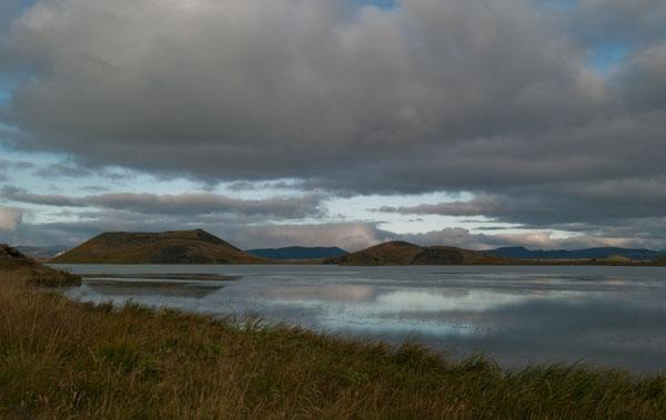 Завораживающий вид на озеро Миватн  / Фото из Исландии