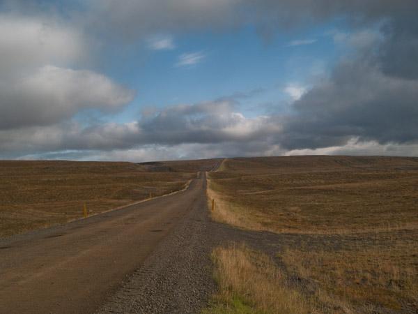 Лунный пейзаж и пустая дорога около озера Миватн / Фото из Исландии