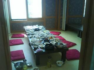 Сидят, но на полу / Южная Корея