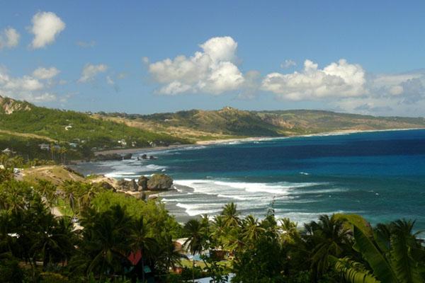 Каменистый пляж в Батшебе на Барбадосе / Фото с Барбадоса