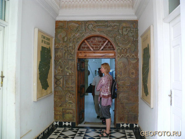 У входа в Этнографический музей в Хартуме, Судан / Фото из Судана
