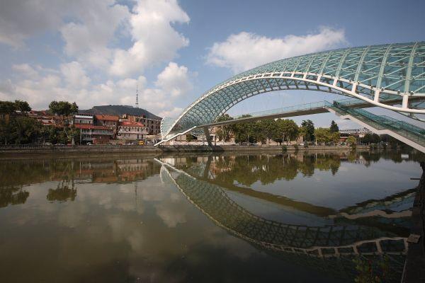 """Пешеходный """"мост Мира"""" через Куру в Старом Тбилиси, Грузия  / Фото из Грузии"""