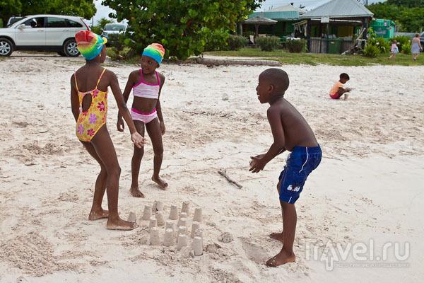 Дети на пляже Long Bay, Антигуа / Фото из Антигуа и Барбуды