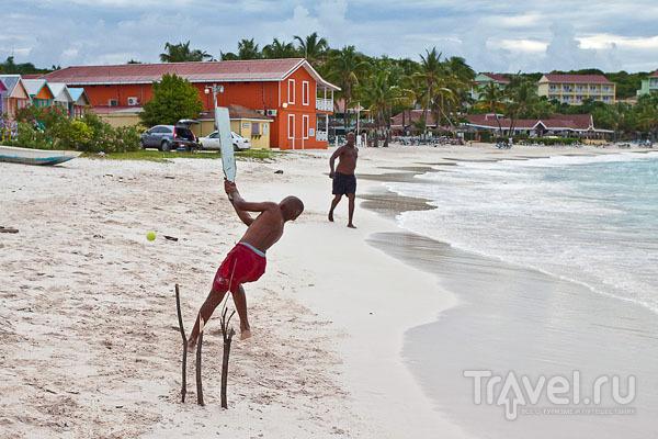 Игра в крикет на пляже Long Bay, Антигуа / Фото из Антигуа и Барбуды