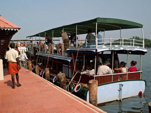 Туристический кораблик для прогулки по каналам, Керала / Фото из Индии