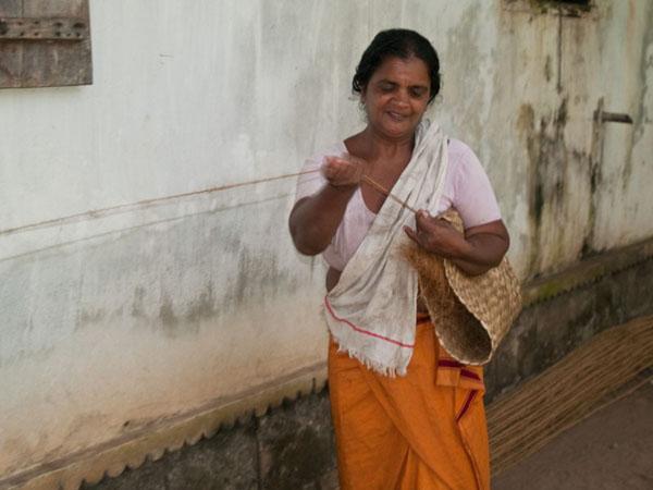 Плетение жгута из кокосового волокна, остров Munroe / Фото из Индии