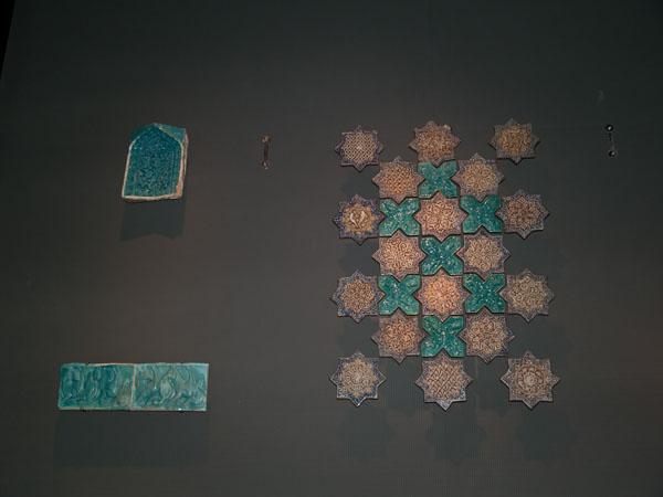 Плитка, экспонат в музее арабского искусства / Фото из Индии