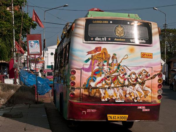 Разукрашенный автобус на улицах Тривандрума / Фото из Индии