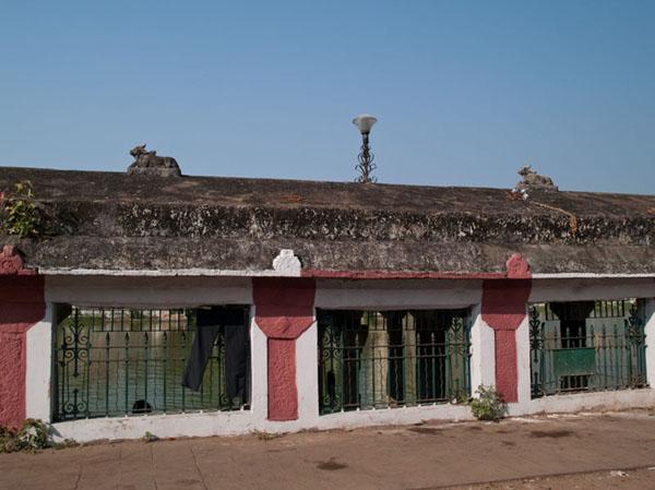 Бык Нанди украшает стену вокруг озера Padma Theertham, Тривандрум / Фото из Индии