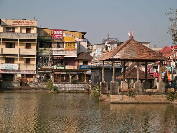 Ритуальное озеро Padma Theertham перед храмом Sri Padmanabhaswamy / Фото из Индии