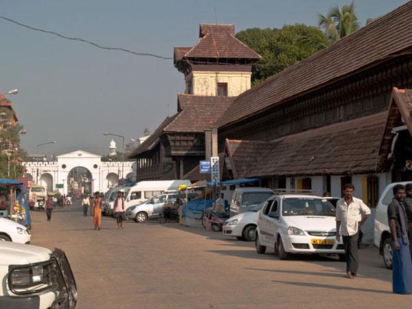 Вход во дворец Puthe Maliga и белоснежные ворота Тривандрума / Фото из Индии