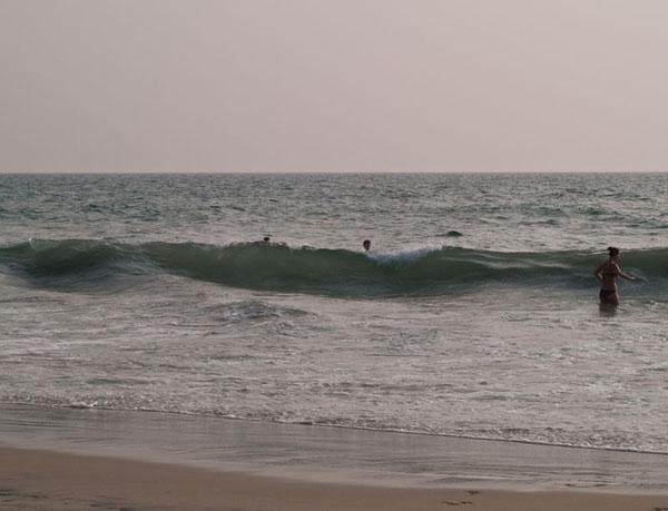 Волна почти с человеческий рост, Варкала / Фото из Индии